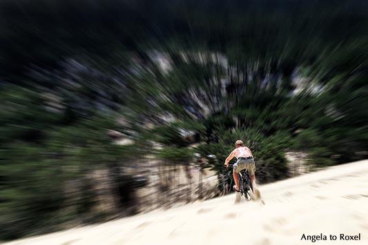 Fotografie: Dune du Pilat downhill, Mountainbiker fährt die Ostseite der Dune du Pilat Richtung Wald, Gefälle 30° - 40°, Arcachon, Nouvelle-Aquitaine