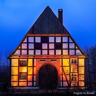 Fachwerkhaus im Freilichtmuseum Detmold zur blauen Stunde, Fachwerk-Hallenhaus von 1614, beleuchtet, Teutoburger Wald - Architektur Bilder kaufen