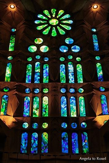 Kirchenfenster von Joan Vila Grau in kalten Farben, grün und blau, linke Seite der Basilika Sagrada Familia, Barcelona, Katalonien - Oktober 2016