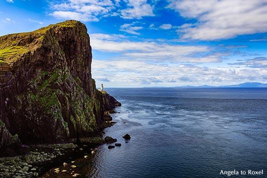 Landschaftsbild: Skye, Halbinsel Neist Point mit dem Leuchtturm, im Hintergrund die Äußeren Hebriden, Harris and Lewis, Schottland