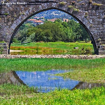 Einzelner Brückenbogen der römischen Brücke mit Blick auf das Minho, Ponte de Lima - Minho, Portugal 2016