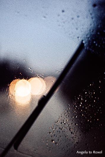 Fotografie: defocused - Scheibenwischer im VW Bulli, Fahrt bei Regen, Gegenlicht, Dämmerung, Symbol für unterwegs sein, Nostalgie, analog, Bildlizenz