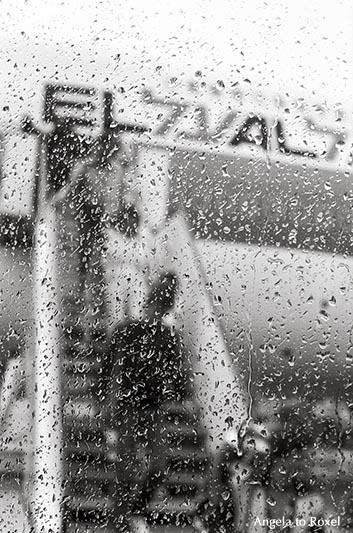 Regentropfen auf einer Fensterscheibe, Passagiere steigen aus einem Flugzeug aus, schwarzweiß, analog, Frankfurt 1980