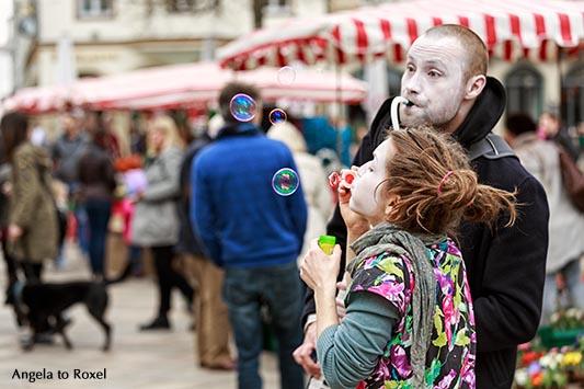 Zwei Clowns machen Musik und Seifenblasen auf einem Wochenmarkt im April - Bielefeld 2016
