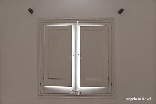 Fotografie: inside, Fensterladen von innen, Fenster, etwas geöffnet, Licht dringt in den weiß gestrichenen Raum | Ihr Kontakt: Angela to Roxel