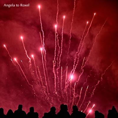 Silhouetten von Menschen vor dem Feuerwerk, rot, Osterräderlauf in Lügde, Weserbergland, Lippe, Nordrhein-Westfalen, März 2016
