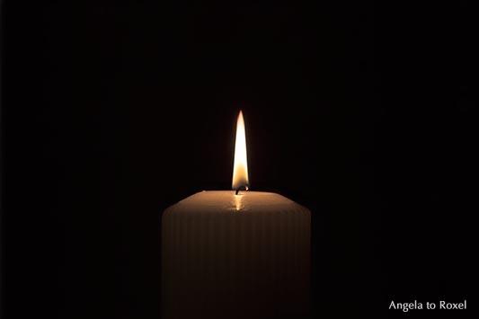 Licht einer Kerze in der Dunkelheit, Symbol für hell und dunkel, Initiative, Anfang | Angela to Roxel