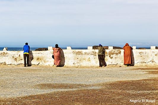 Menschen an der Hafenmauer von Essaouira schauen auf das Meer - Marokko 2014