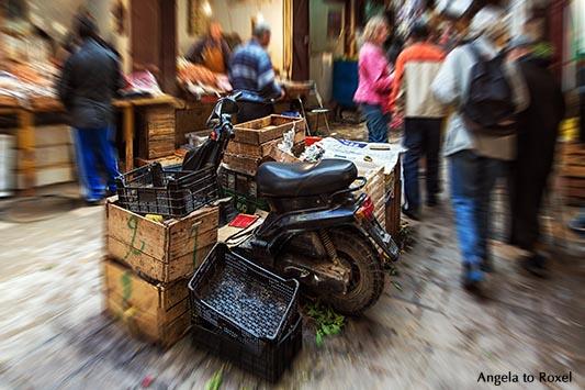 Parkplatz, Roller parkt in einer Lücke zwischen Kisten auf dem Markt in den Souks von Fès - Marokko 2013