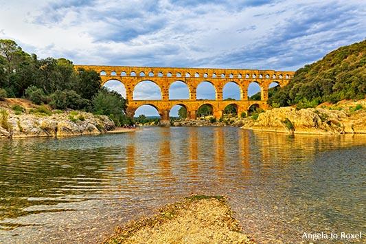 Pont du Gard, römisches Aquädukt über den Gardon im Abendlicht, Abendstimmung am Fluss, Languedoc-Roussillon, Frankreich