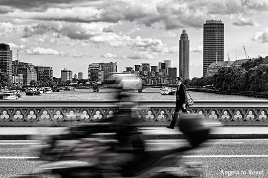 Rollerfahrer und Fußgänger auf der Westminster Bridge, Bewegungsunschärfe, schwarzweiß, im Hintergrund die Themse mit Skyline - London 2014