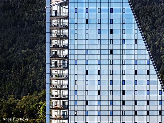 Das Scandic Seilet Hotel am Romsdalsfjord in Molde, gebaut in Form eines Segels, Architekt Kjell Kosberg, Molde, Møre og Romsdal, Norwegen
