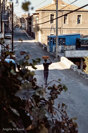 Simitverkäufer geht mit einem Tablett Sesamkringel auf dem Kopf durch die Şehit Nihat Bey Caddesi, Karataş, Nähe Asansör, analog - Izmir, Türkei 1986