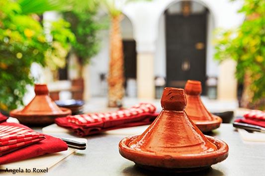 Fotografie: Tajine, Tagine oder auch Tadschiin, nordafrikanische Spezialität aus dem Lehmtiopf, gedeckter Tisch im Riad Monceau. Marrakesch - Marokko