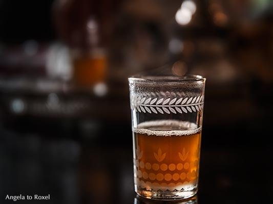 Sehr heißer und sehr süßer Minztee, serviert in einem Glas, Teespezialität aus Marokko - Marrakesch 2013