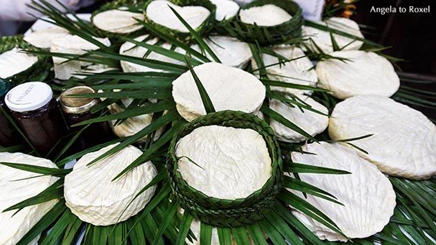 """Fotografie: """"Alles Käse!"""", Ziegenkäse auf Palmblättern, Marktstand in den Souqs von Fès, Altstadt von Fès, Marokko - Ihr Kontakt: Angela to Roxel"""