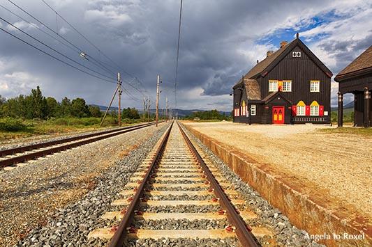 Fokstua station, Bahnsteig und Gleise, Architekt Erik Glosimodt, eröffnet 1921, Dovre, Oppland - Norwegen 2014