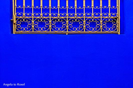 Detail einer blauen Wand des Musée Berbère in Yves Saint Laurents Jardin Majorelle in Marrakesch - Marokko 2014