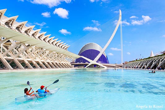 Besucher der City of Arts and Sciences in einem Kayak, dahinter das L'Àgora und El Pont de l'Assut de l'Or - Valencia 2016