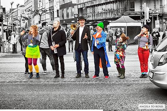 Sechs Clowns und Musiker am Straßenrand, spontane Aktion, Spontanität in der Innenstadt, City, Colorkey - Jahnplatz, Bielefeld 2016