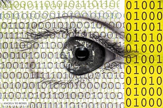 Fotografie: Big Data, Digitalisierung: Auge und Zahlen im Binär-System, Kamera spiegelt sich in einem Auge hinter Zahlen im Binär-System, Composing