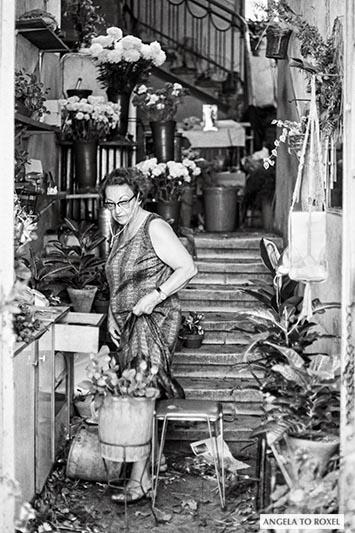 Blumenverkäuferin in einem kleinen Laden im Bazar von Haifa, schwarzweiß, analog - Israel 1980