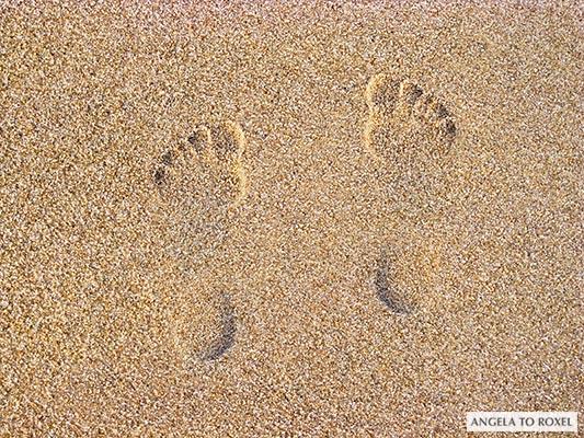 Fußabdruck im Sand, linker und rechter Fuß stehen nebeneinander, Strand am Roten Kliff - Sylt 2008