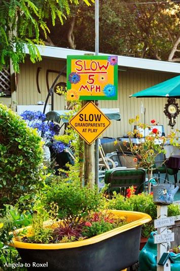 Fotografie, Schild: Vorsicht spielende Großeltern auf dem Carmel by the River RV Park, Monterey, Californien - USA 2011