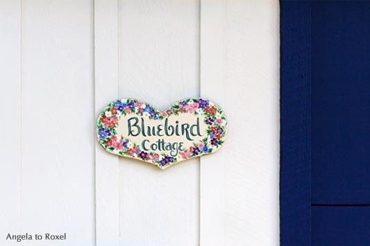 Fotografien kaufen: Home - Schild Bluebird Cottage in Herz-Form an weiß und blau gestrichener Holzfassade, Carmel-by-the-Sea, Monterey, Kalifornien