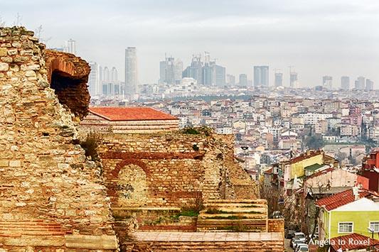 Fotografie: Istanbul, Blick von der alten Stadtmauer, vom 6. Hügel in Edirnekapı bis nach Levent, Istanbul 2014 - Architekturfotografie, Bildlizenz