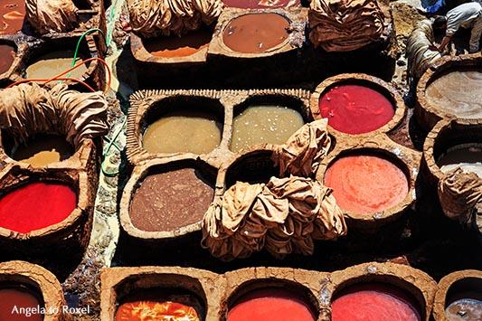 Fotografie: Färben von Leder in verschiedenen Farben, auch rot, traditionelle Handarbeit in einer Gerberei in der Altstadt, Medina von Fès - Marokko