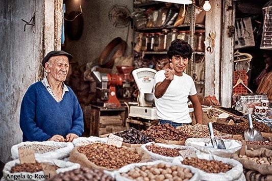 Marktstand in Haifa, Männer verkaufen Nüsse auf dem Bazar in Haifa, analog - Israel 1980