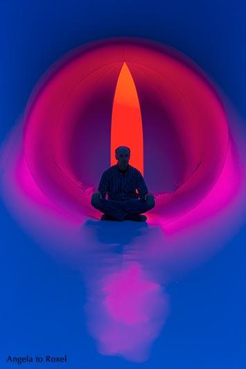 Fotografie: Achtsamkeit, Mann sitzt im Lichttunnel, Meditation, Silhouette im Gegenlicht, Rot- und Blautöne, Arboria, Bad Pyrmont - Angela to Roxel