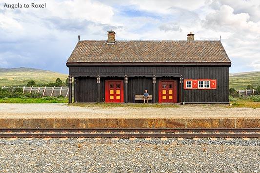 Fotografie Bilder kaufen: Mann sitzt auf einer Bank im Bahnhof, schaut auf die Gleise, Fokstua Station, Oppland, Norwegen | Kontakt: Angela to Roxel
