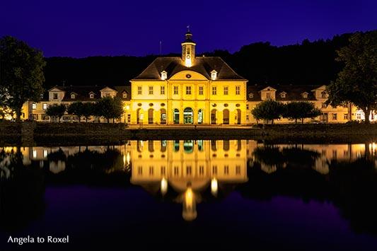 Fotografie: Rathaus am ehemaligen Hafenbecken, einst Pack- und Lagerhaus, beleuchtet, Langzeitbelichtung, Nachtaufnahme, Bad Karlshafen, Bildlizenz