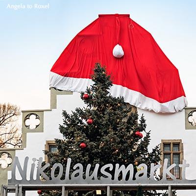 Rathaus in der Weihnachtszeit, mit einer Nikolausmütze geschmückt, Nikolausmarkt in Brakel - Kreis Höxter, Dezember 2012