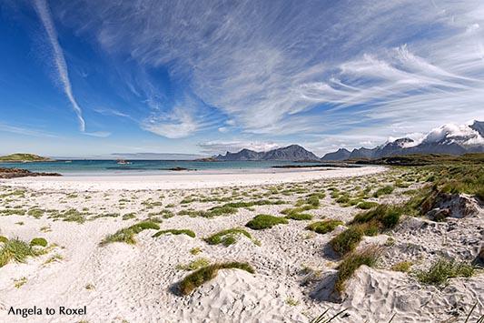 Strand bei Fredvang auf den Lofoten, Selfjorden, hinten die Bergkette von Flakstadoy, Fredvang, Insel Moskenesøya | Ihr Kontakt: Angela to Roxel