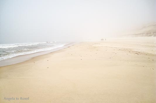 Fotografie: Spaziergänger im Nebel am Strand bei Wenningstedt, Nähe Rotes Kliff, Sylt | Landschaftsbilder - Ihr Kontakt: Angela to Roxel