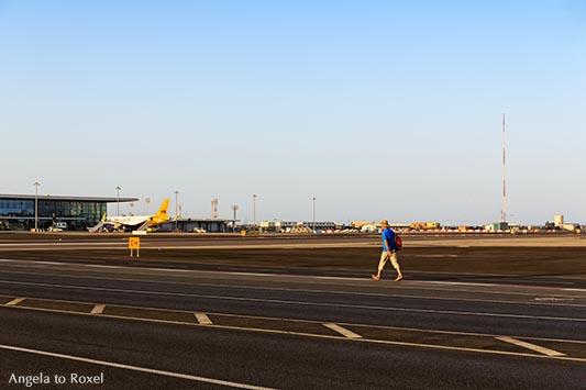Fotografien kaufen: Wanderer auf der Landebahn, Mann geht auf der Winston-Churchill-Avenue, Straße in Gibraltar kreuzt die Landebahn des Flughafens