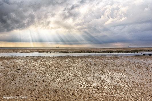 Herbstsonne über dem Nationalpark Wattenmeer bei Ebbe, Sonnenstrahlen brechen durch Wolken,  Nordseeküste bei Wyk auf Föhr, Schleswig-Holstein 2016