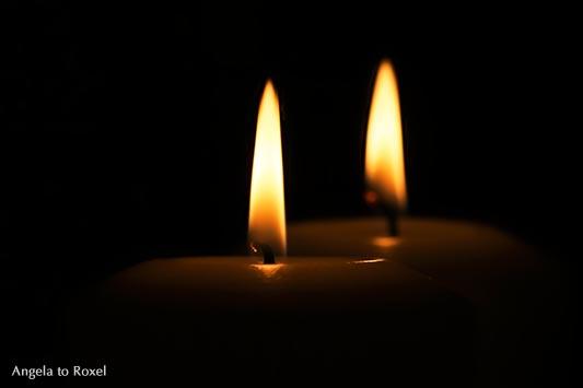 Fotografie: Two - Zwei Kerzen, Flammen, leuchten in der Dunkelheit, Symbol für das Miteinander, Licht in der Dunkelheit, Stockfoto, Bildlizenz