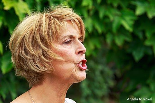 Die Erzählkünstlerin Petra Günter im Porträt, Profilaufnahme einer Frau, die spricht, Kommunikation, Außenaufnahme - Bad Wünnenberg, Kreis Paderborn