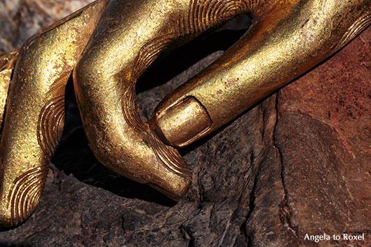 Fotografie: Eine goldene Hand liegt auf einem Felsen, der Zeigefinger berührt den Daumen, Mudra, Andalusien 2012 - Stockfoto, Bildlizenz erwerben