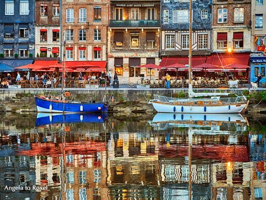 Reflexionen im Hafen von Honfleur, Häuser und Restaurants spiegeln sich im Wasser, Abendstimmung nach Sonnenuntergang - Normandie 2012