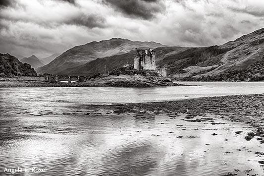 Landschaftsbilder kaufen: Eilean Donan Castle in der Nähe von Dornie am Loch Duich in den westlichen schottischen Highlands, monochrom, Schottland