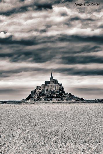 Fotografie: Gewitterstimmung, schwere Wolken am Mont Saint-Michel, davor ein Getreidefeld, schwarzweiß, koloriert, Manche, Normandie 2013- Bildlizenz