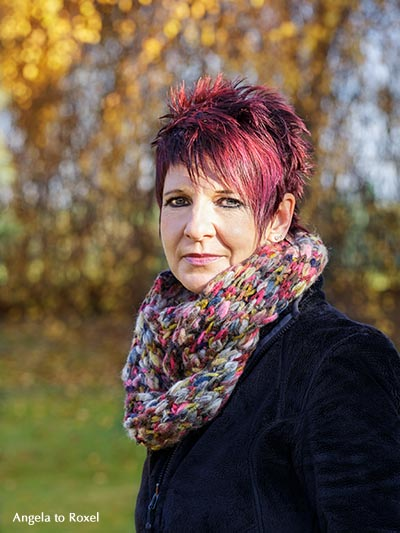 Fotografie: Portrait einer Frau mit roten Haaren und einem Schal in Herbstfarben, Halbfigur, Außenaufnahme im herbstlichen Garten - November 2012