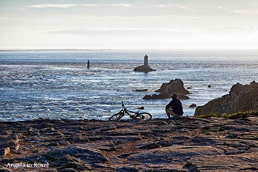 Fotografie Bilder kaufen: Pointe du Raz, Radfahrer sitzt an der Küste der Halbinsel Cap Sizun, schaut zu den Leuchttürmen, Finistère, Bretagne 2012