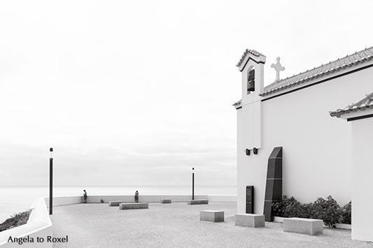 """Melancholische Abendstimmung auf der Terrasse der kleinen Kirche """"Nossa Senhora do Mar""""  in Zambujeira do Mar, schwarzweiß, Alentejo - Portugal 2016"""