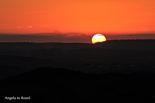 Sonnenuntergang auf dem Köterberg, Sonne geht unter hinter Hügeln, Abendstimmung, Gegenlicht - Lügde 2012